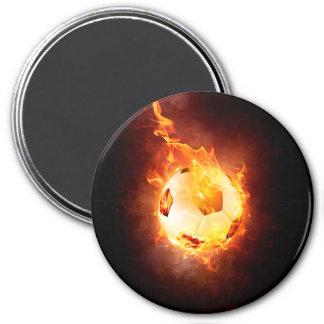 Le football, le football, boule sous le feu magnet rond 7,50 cm