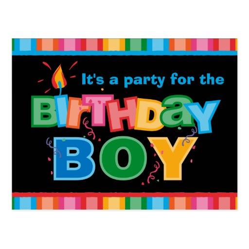 Le garçon d'anniversaire marque avec des lettres l carte postale