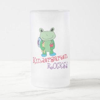 Le jardin d'enfants bascule la tasse