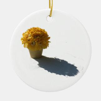 Le jaune fleurit le seau et le coupe-circuit blanc ornements