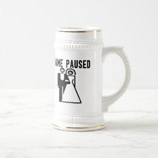 Le jeu a fait une pause jeune mariée et marié chope à bière