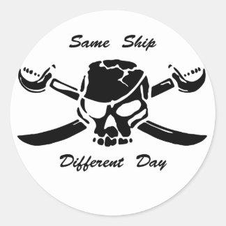 Le jolly roger de pirates mêmes embarquent le jour sticker rond