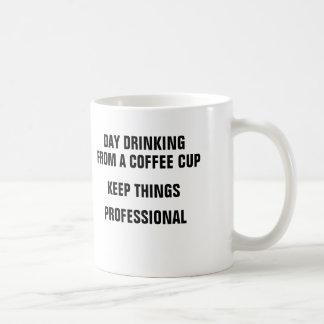 Le jour buvant d'une tasse de café garde des