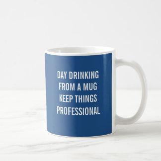 Le jour buvant d'une tasse maintient des choses