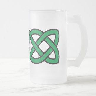 Le jour de noeud de St Patrick celtique vert Frosted Glass Beer Mug