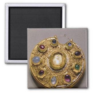 Le médaillon de Kolt, or a placé avec des perles e Magnet Carré