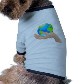 Le monde dans votre concept de main manteau pour chien