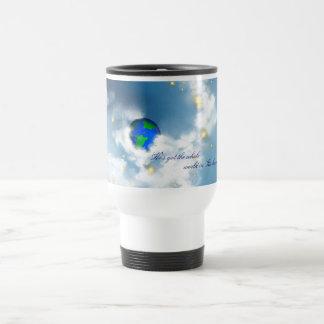 Le monde entier dans des ses mains tasse à café