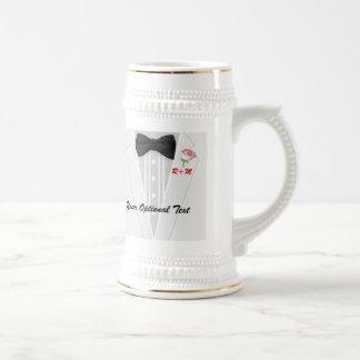 Le monogramme blanc de smoking avec s'est levé tasse à café