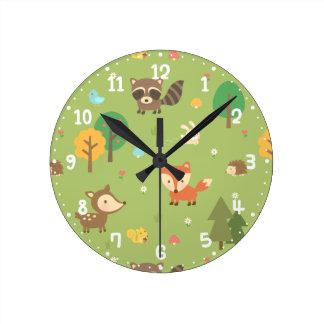 Le motif animal de région boisée de forêt badine horloge ronde