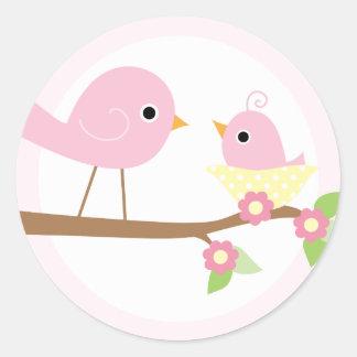 Le nid d'oiseau de bébé (rose) sticker rond