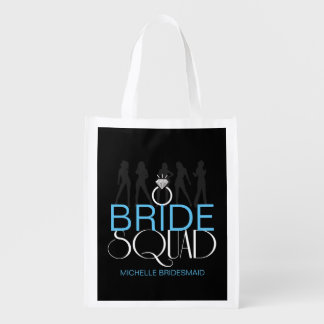 Le peloton de jeune mariée silhouette le blanc sur sacs d'épicerie réutilisables
