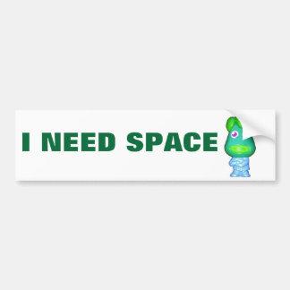 Le petit alien vert a besoin d'espace autocollant de voiture