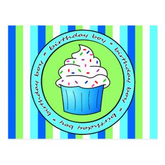 Le petit gâteau bleu de garçon d'anniversaire avec cartes postales