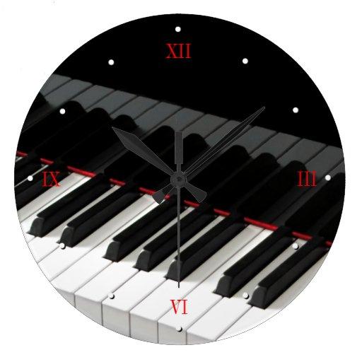Le piano à queue verrouille l'horloge murale
