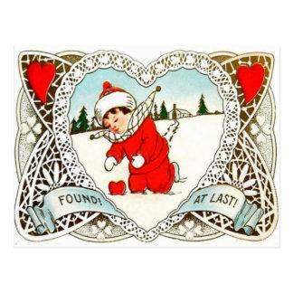 Le rétro garçon vintage trouve le coeur dans la carte postale