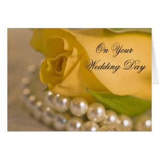 Le rose jaune et les perles ont mélangé le mariage carte de vœux
