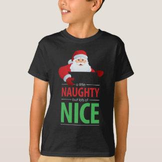 Le T-shirt foncé de l'enfant vilain et Nice du