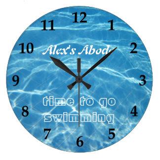 L'eau fraîche aquatique bleue de piscine nageant c grande horloge ronde