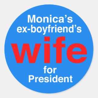 """L'épouse des ex-amis de Monica pour le président """" Sticker Rond"""