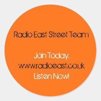 L'équipe est par radio de rue appliquent des sticker rond