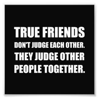 Les amis vrais jugent d'autres personnes  tirage photo