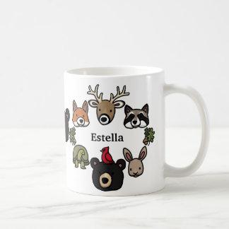 Les animaux mignons et amicaux de forêt, ajoutent  tasse à café