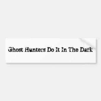 Les chasseurs de fantôme le font dans l'obscurité autocollant de voiture