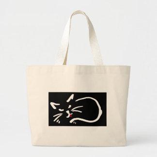 les chats réprimandent le sac rouge mignon