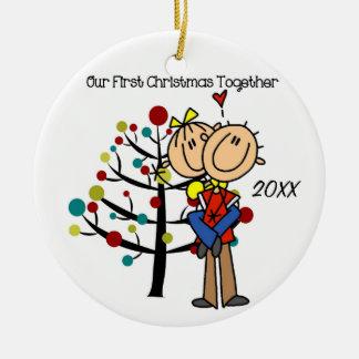 Les couples dans le premier Noël d'amour Ornement Rond En Céramique