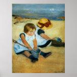 Les enfants de Mary Cassatt sur la plage (1884) Affiches