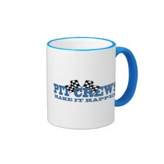 Les équipes du stand de ravitaillement le font se  tasse à café