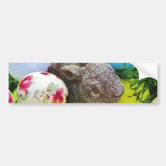 Les oeufs de pâques lapin pastel ont coloré des