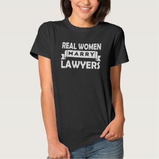 Les vraies femmes épousent des avocats tee shirts