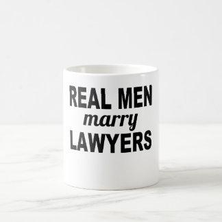 Les vrais hommes épousent des avocats mug blanc