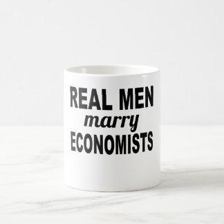 Les vrais hommes épousent des économistes mug blanc