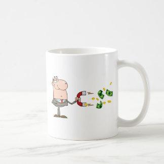 L'homme d'affaires utilisant un aimant attire l'ar tasse à café