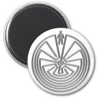 L'homme dans le labyrinthe - argent magnet rond 8 cm