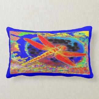Libellule rouge et équilibre bleu profond par oreillers