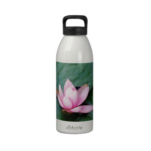 Libellules bleues sur une fleur de lotus rose bouteilles d'eau réutilisables