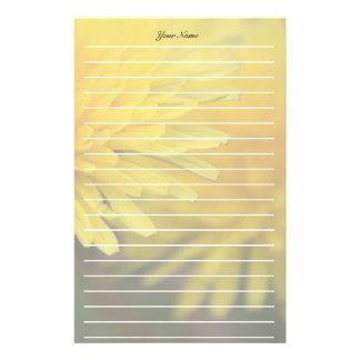 Ligne assez jaune de pissenlit de fleur sauvage motifs pour papier à lettre