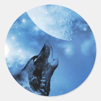 Loup de fantôme hurlant à la lune autocollant rond