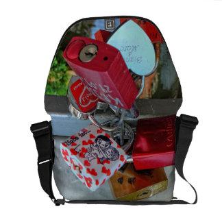 Love locks (Liebesschlösser) Messenger Bags