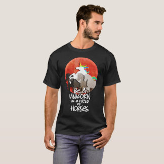 LOVE UNICORNS, SEES UNICORN IN A FIELD OF HORSES T T-Shirt
