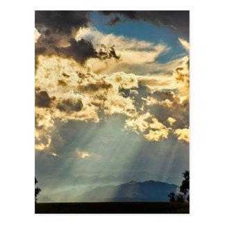 Lumière du soleil pleuvant vers le bas des cieux carte postale