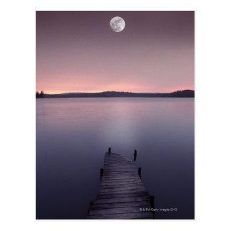Lune au-dessus de lac carte postale