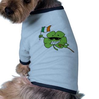 Lunettes de soleil de port de trèfle portant une t-shirts pour chien