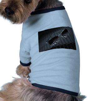 Lunettes de soleil sur l'arrière - plan de grille t-shirt pour chien