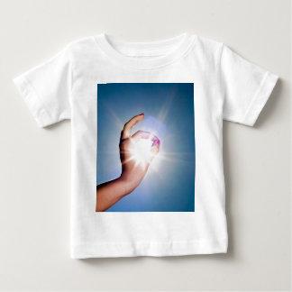 main autour du soleil t-shirt pour bébé