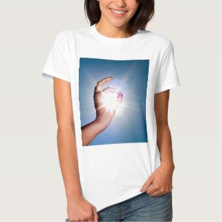 main autour du soleil tee-shirt